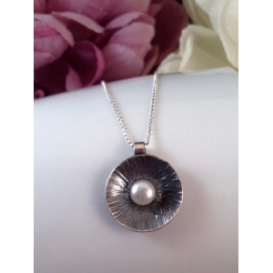 Silver pendant with freshwater pearl